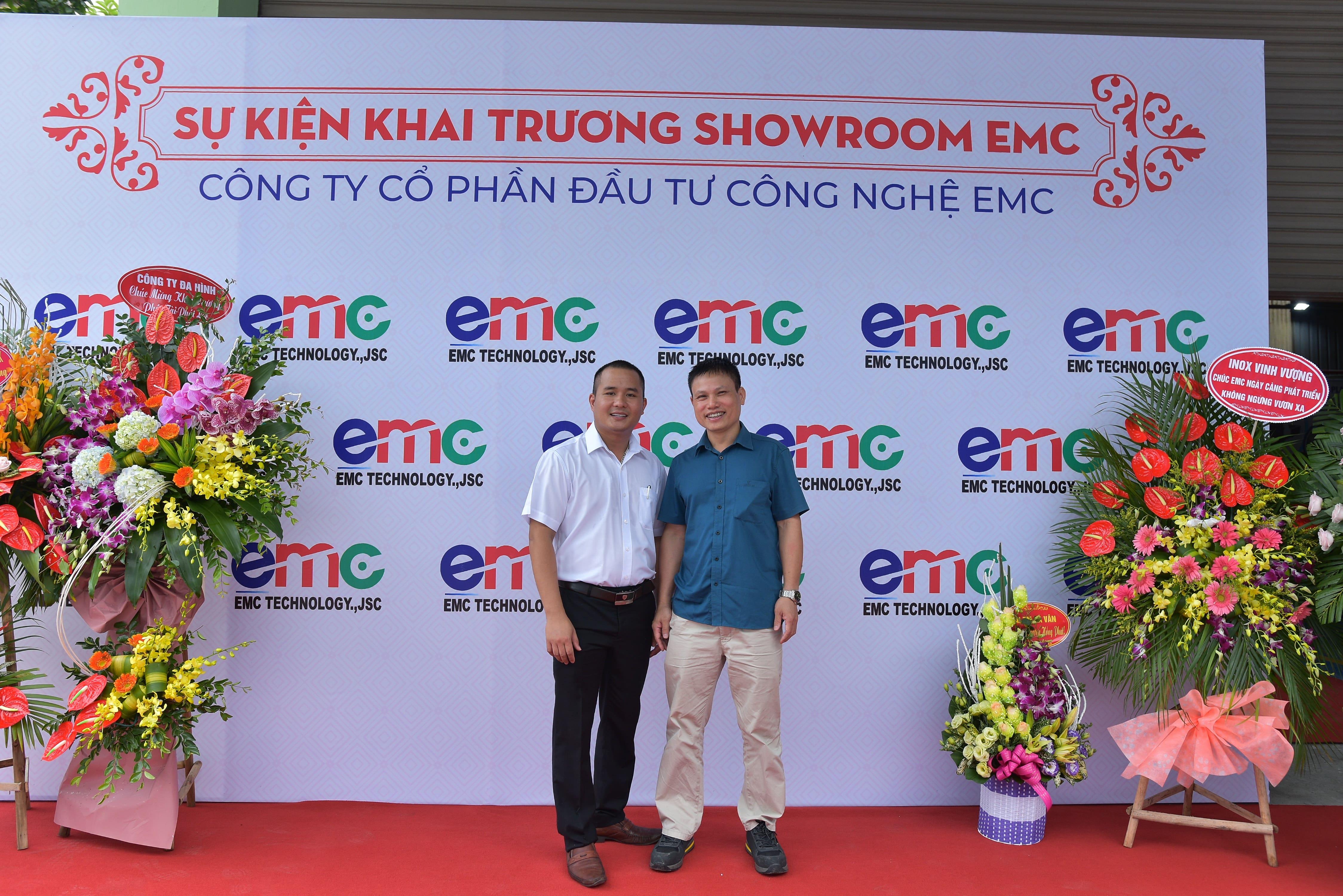 khach-hang-chup-anh-tai-buoi-khai-truong-showroom