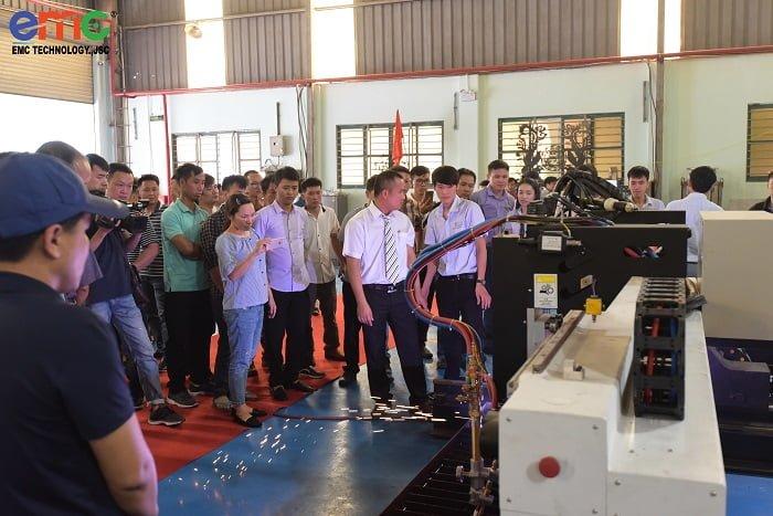 Khách hàng tham quan triển lãm máy cắt CNC Laser/Plasma
