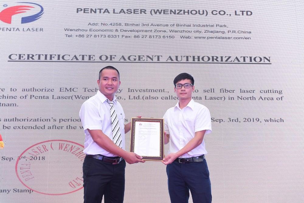 Giám đốc Hồ Sỹ Hùng nhận chứng chỉ phân phối độc quyền Penta Laser