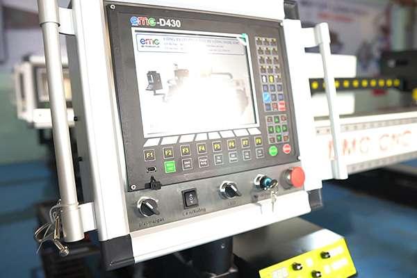 Bộ điều khiển EMC-D430 trên máy cắt cnc plasma EMC