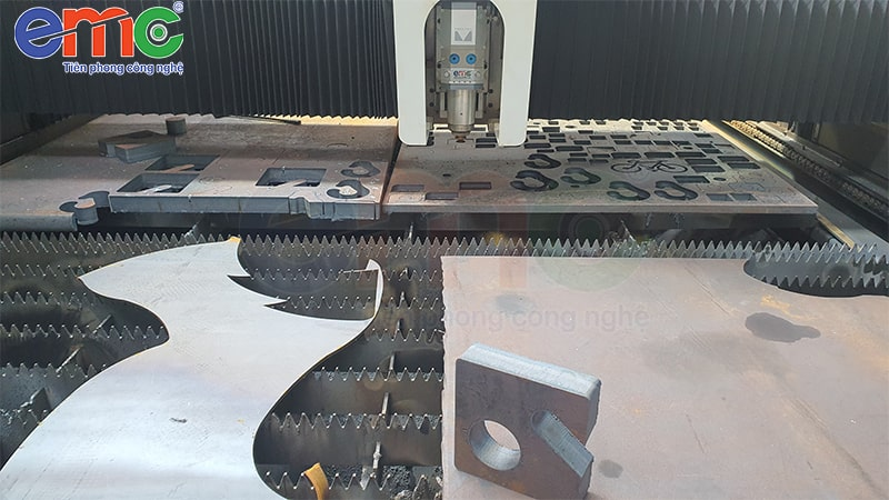 Thép đen 40mm được cắt bằng máy cắt laser công suất cao